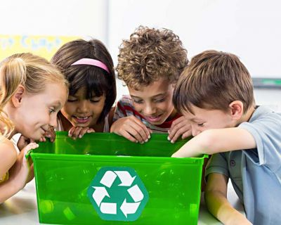 Kinder sehen in Recyclingbox